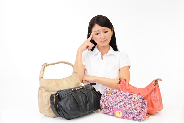 バッグを見て困っている女性