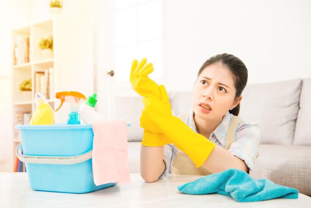 掃除に疲れた女性,洗剤