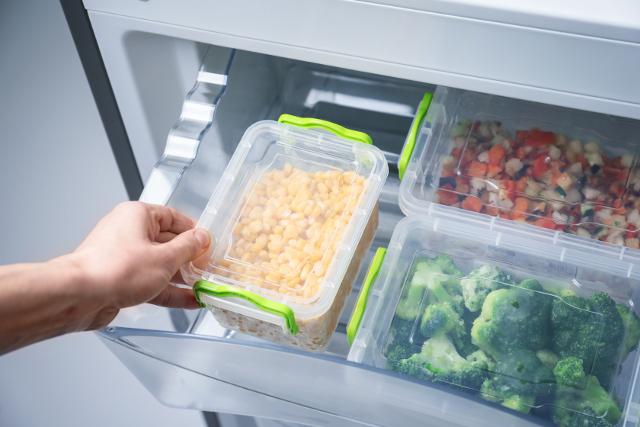 冷凍庫から食品を出す