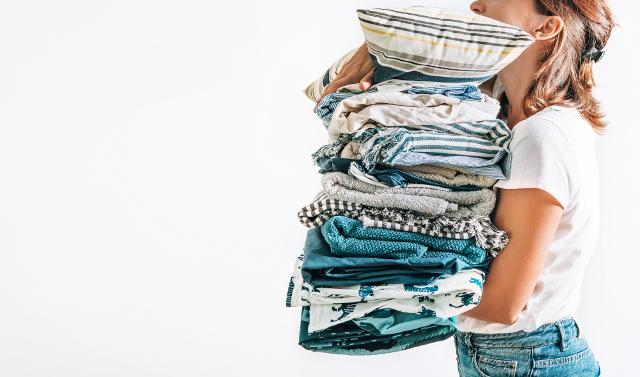 洗った洗濯ものを持つ女性