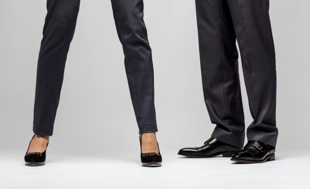 女性と男性の足,スラックス