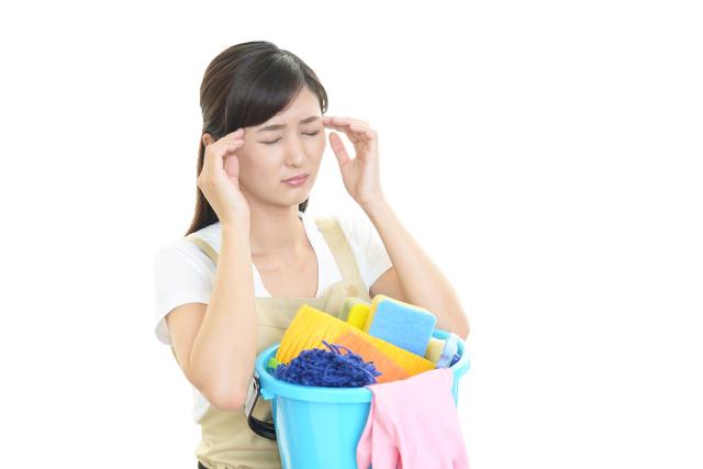 掃除する女性が頭痛