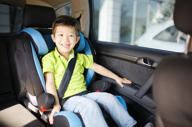 車に乗っている少年