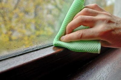 結露を拭いている手