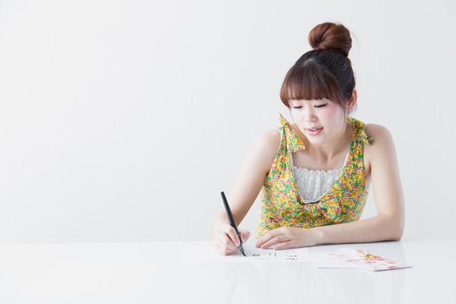 筆ペンを使う女性
