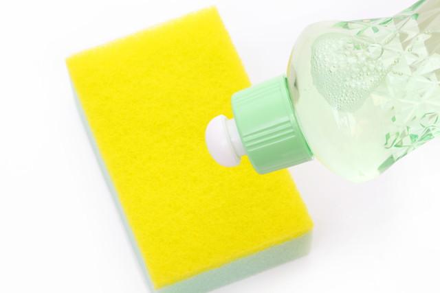 黄色いスポンジと緑の容器に入った中性洗剤