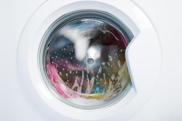 洗濯中の洗濯機