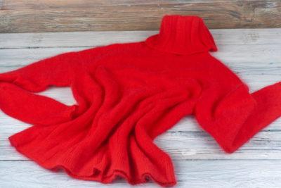 赤いアクリルの服