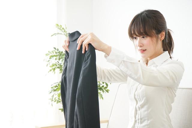 黒いジャケットを持つ女性