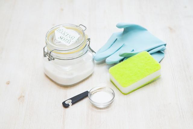 瓶に入った重曹とお掃除の道具
