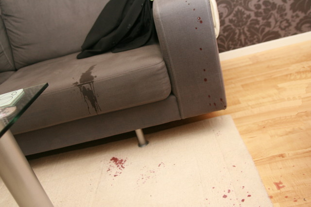 ワインで汚れたソファー