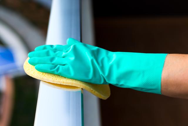 手すりを拭く手