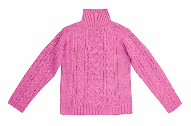 広げたピンクのセーター