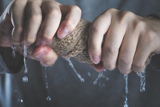 タオルを絞る