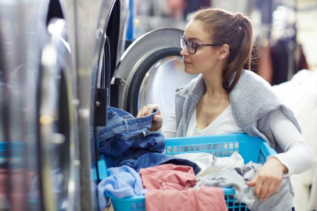 コインランドリー,女性,洗濯物