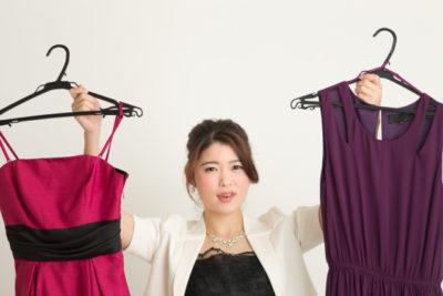 ドレスを持つ女性