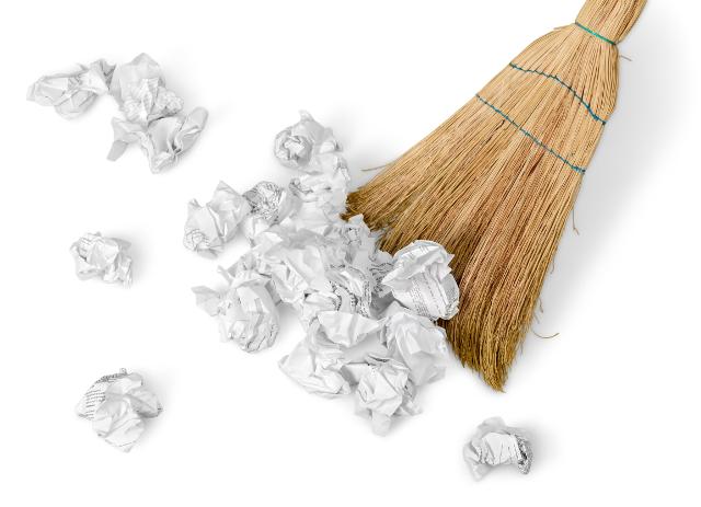 丸めた紙をほうきで掃く