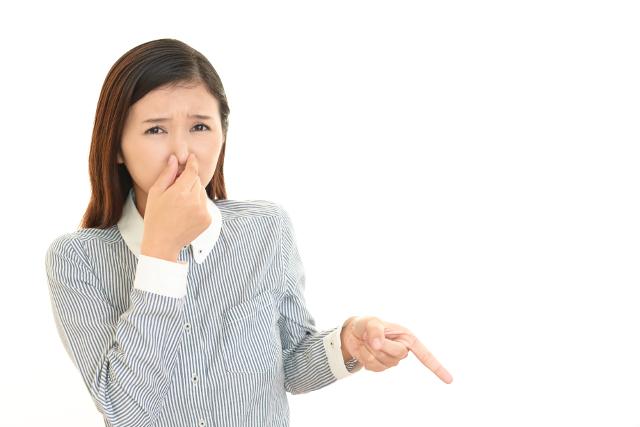 鼻を押える女性