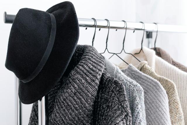 黒い帽子とハンガーにかけられた服