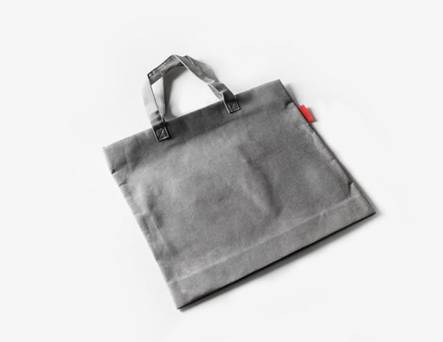 濃いグレーのトートバッグ