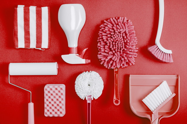 掃除道具、赤い背景