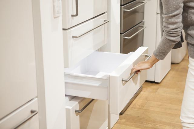 冷蔵庫を開ける