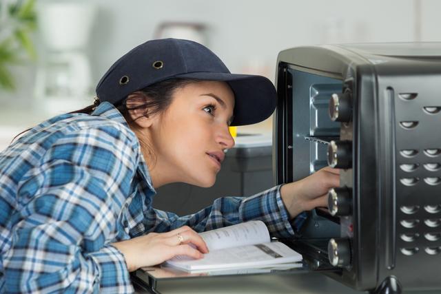 電子レンジを確認する女性