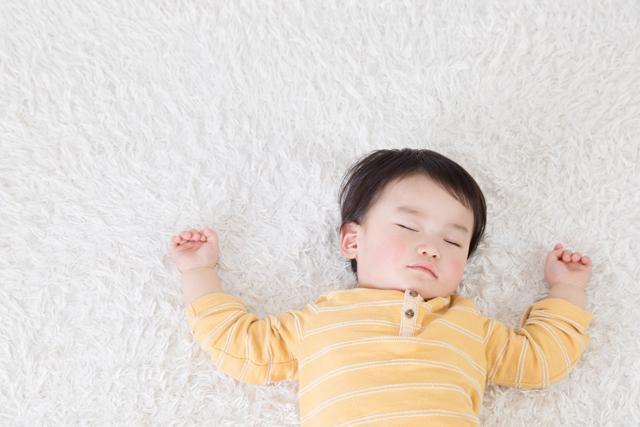 暖かい床で眠る赤ちゃん