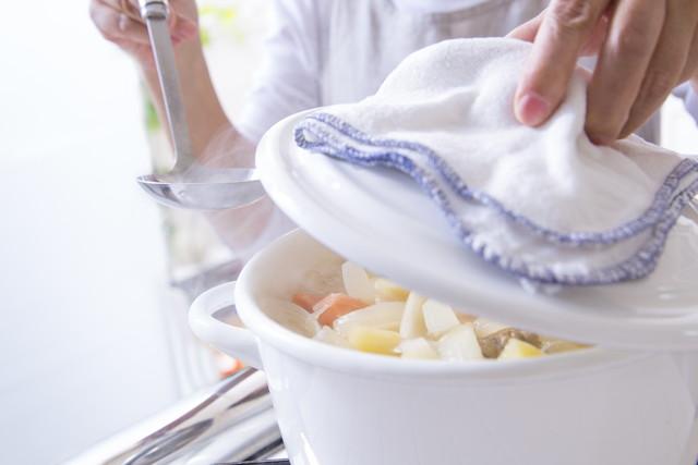 白い鍋で調理をしている