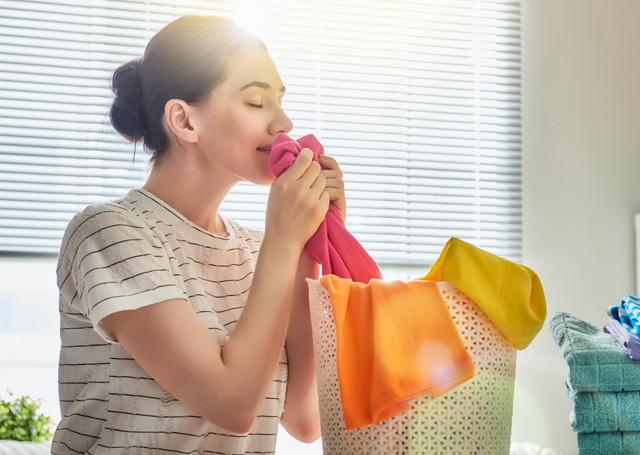 洗濯物のニオイをかぐ女性