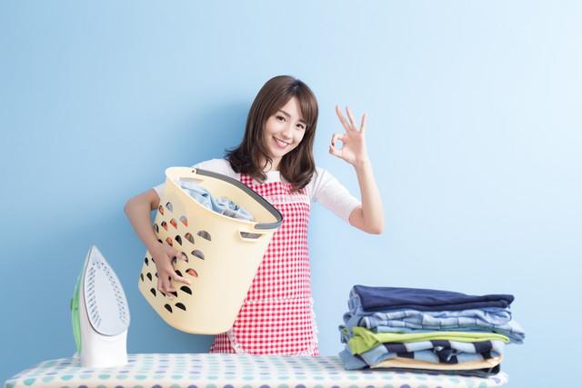洗濯物とOKサインの女性