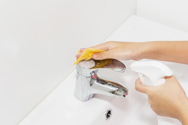 蛇口を掃除する女性