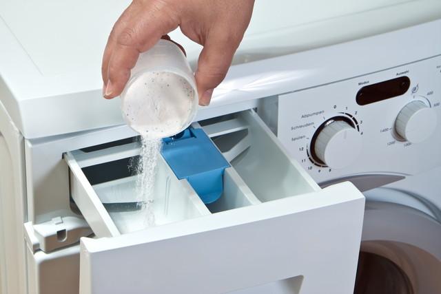 洗濯機に粉末洗剤を入れる