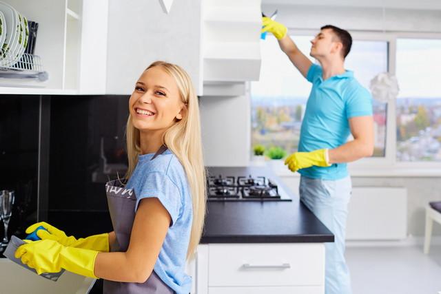 掃除中のキッチン