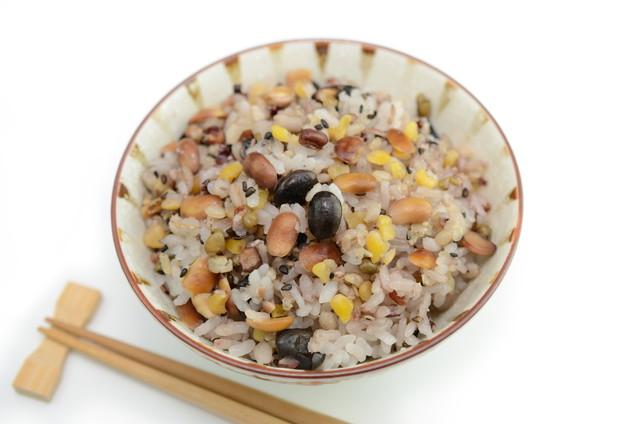 お茶碗に入った雑穀米