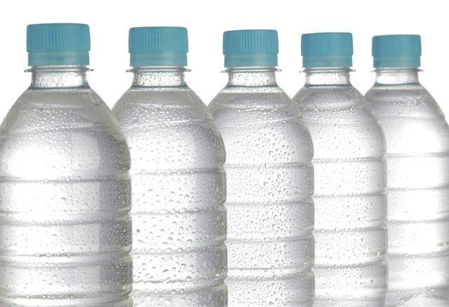 炭酸水の入ったペットボトル