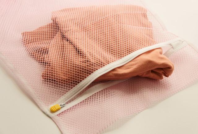 ピンクの洗濯ネットと衣類