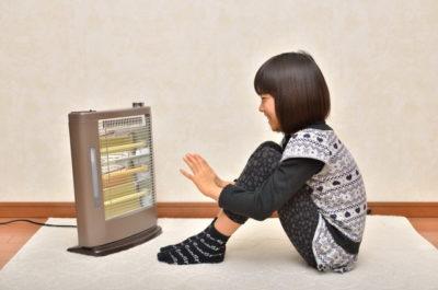 ストーブで暖まる子供