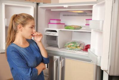 冷凍庫の臭いを気にする女性