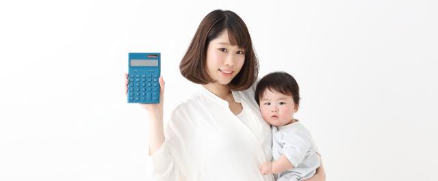 電卓を持つママと赤ちゃん