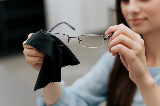眼鏡を拭く女性