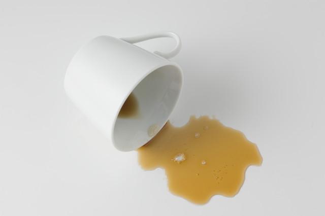 倒れた白いカップと飲み物