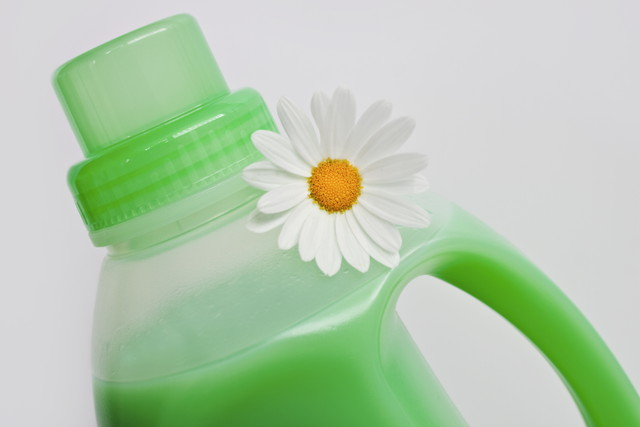 緑色の洗剤、白い花