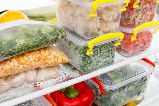 カラフルな食材が入った冷凍庫