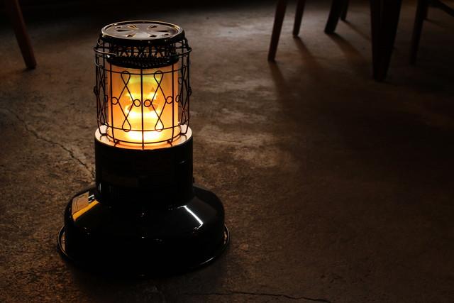 石油ストーブの灯