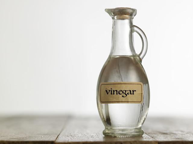 ビネガーと書かれて瓶に入った酢