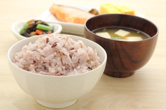 雑穀米、味噌汁、おかず
