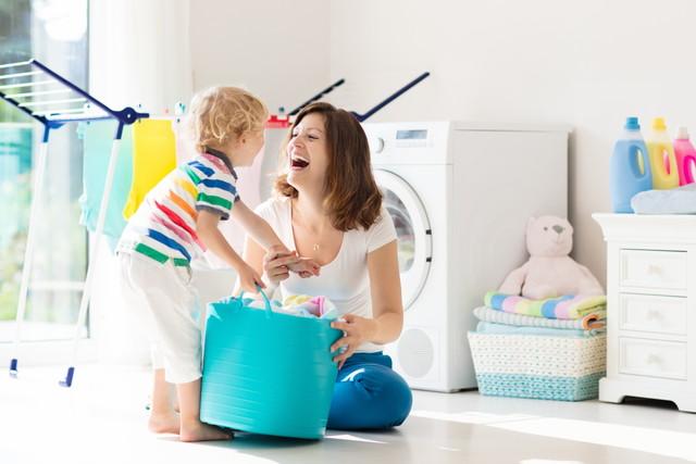 洗濯する親子