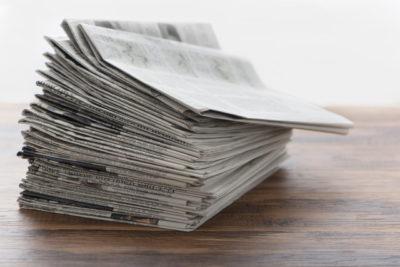 雑に積まれた新聞紙