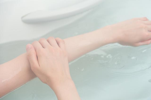 湯船に浸かる女性の手